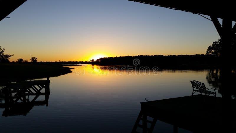 Ηλιοβασίλεμα πέρα από τη λίμνη στοκ φωτογραφία