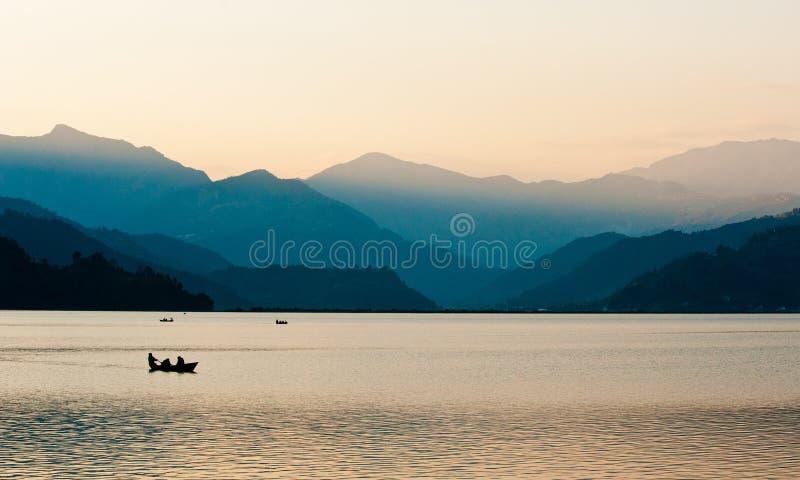 Ηλιοβασίλεμα πέρα από τη λίμνη Pokhara στοκ φωτογραφία