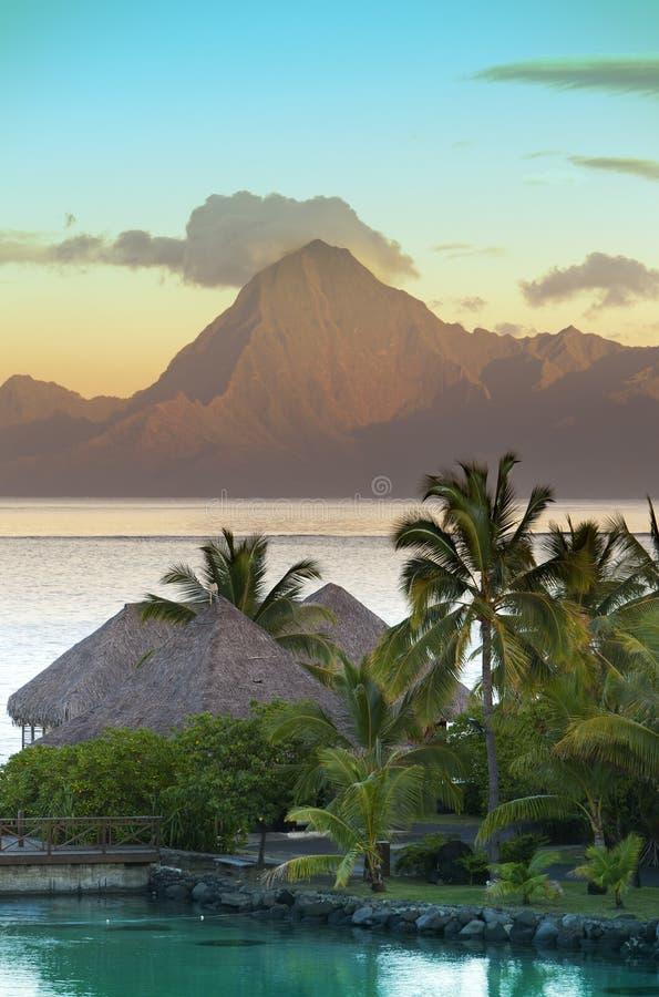 Ηλιοβασίλεμα πέρα από τη θάλασσα και τα βουνά, Ταϊτή στοκ εικόνες