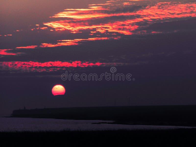 Ηλιοβασίλεμα πέρα από τη θάλασσα και τη στέπα στοκ φωτογραφία με δικαίωμα ελεύθερης χρήσης