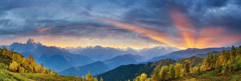 Ηλιοβασίλεμα πέρα από τις χιονοσκεπείς αιχμές βουνών στοκ εικόνες