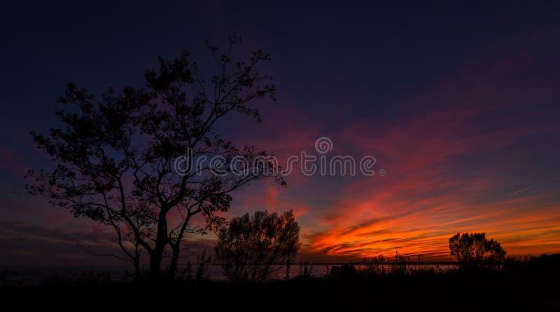 Ηλιοβασίλεμα πέρα από τον κινητό κόλπο στοκ εικόνα