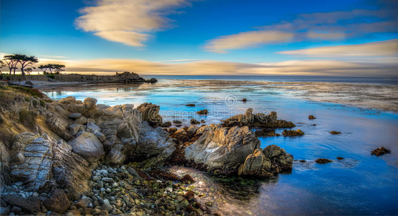 Ηλιοβασίλεμα πέρα από τον κόλπο Monterey στοκ εικόνες