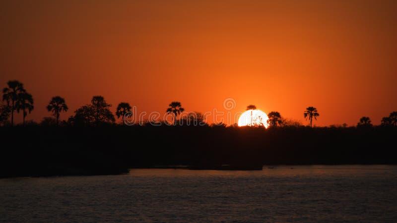 Ηλιοβασίλεμα πέρα από τον ποταμό Ζαμβέζη στη Ζιμπάμπουε στοκ φωτογραφία