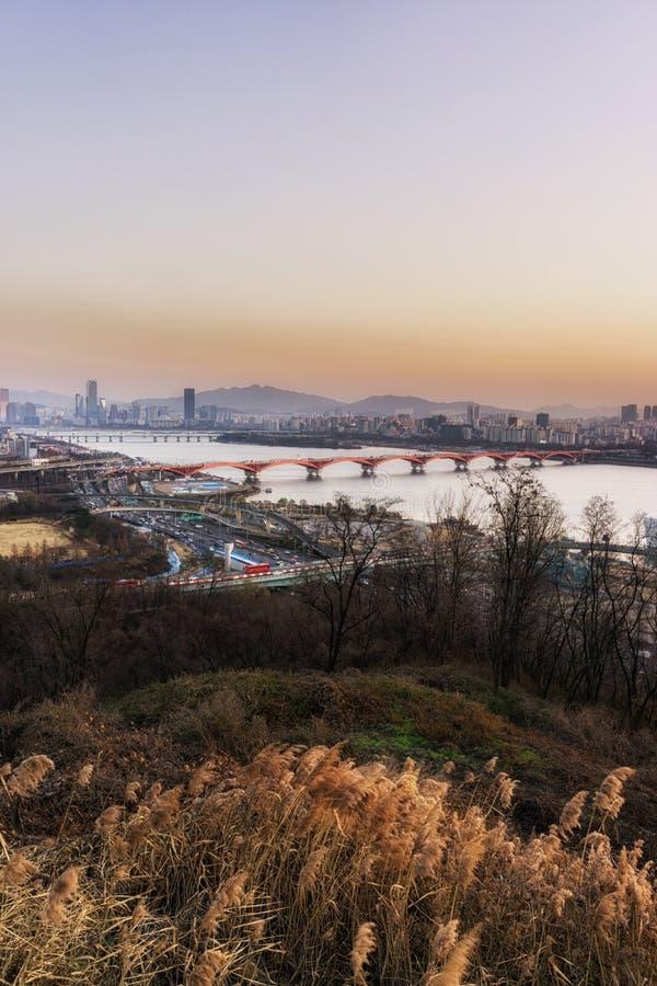 Ηλιοβασίλεμα πέρα από τον ποταμό han στοκ φωτογραφία