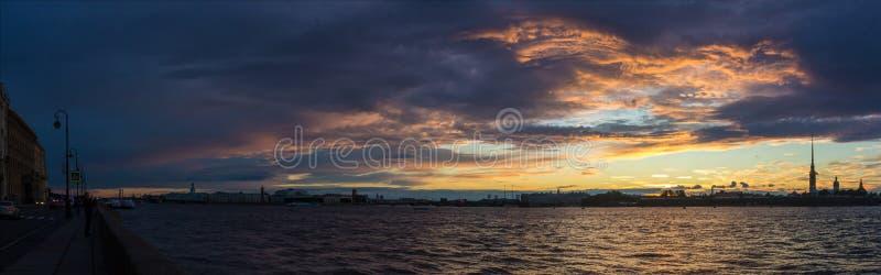 Ηλιοβασίλεμα πέρα από τον ποταμό Neva στοκ φωτογραφία