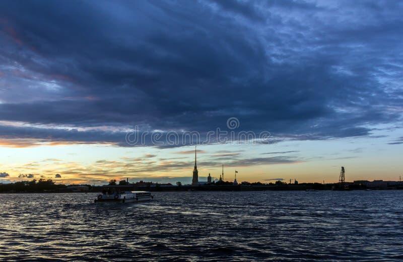 Ηλιοβασίλεμα πέρα από τον ποταμό Neva στοκ εικόνες με δικαίωμα ελεύθερης χρήσης
