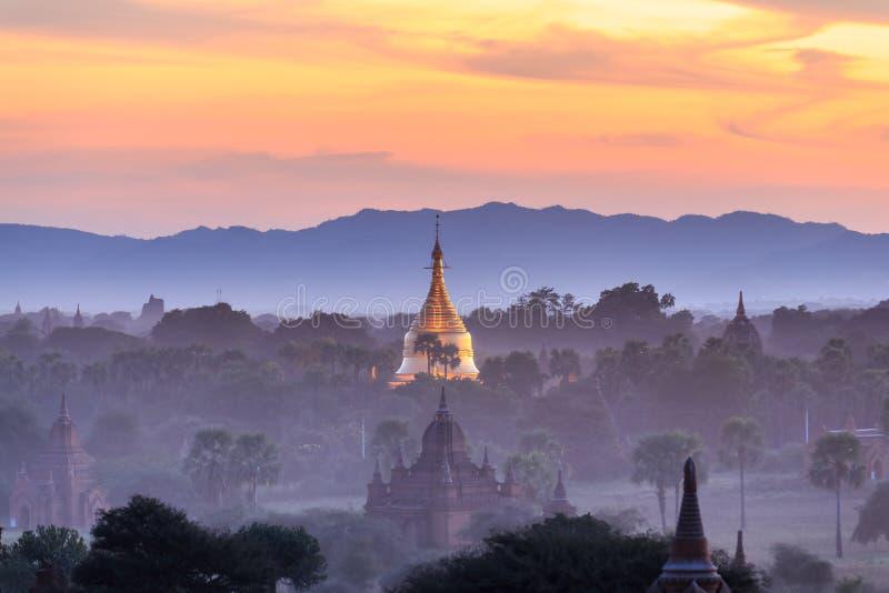 Ηλιοβασίλεμα πέρα από τους ναούς Bagan, το Μιανμάρ στοκ εικόνες