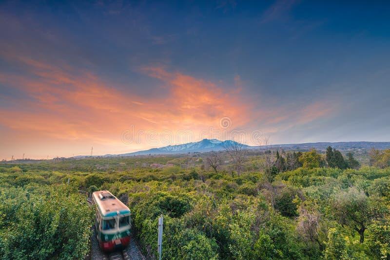 Ηλιοβασίλεμα πέρα από το ηφαίστειο Etna που βλέπει από Giarre στοκ φωτογραφίες με δικαίωμα ελεύθερης χρήσης