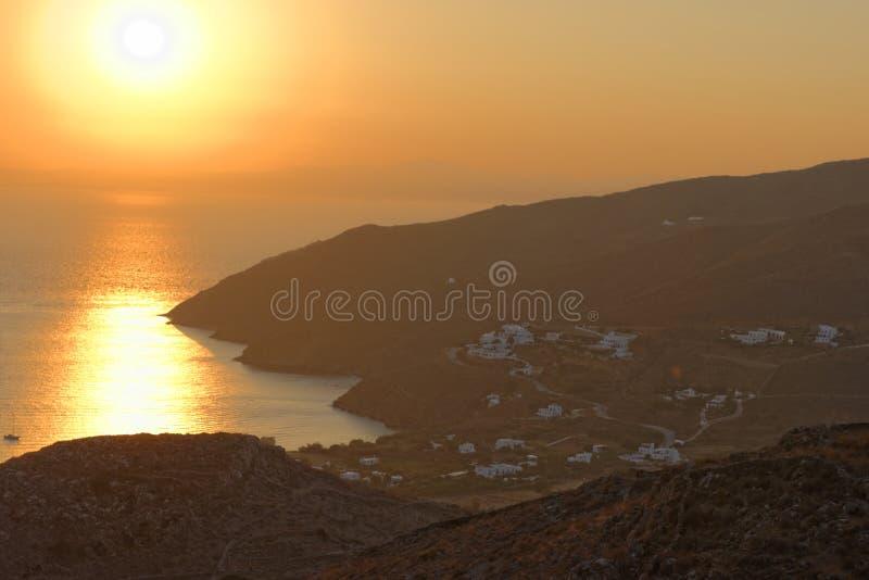 Ηλιοβασίλεμα πέρα από το νησί της Αμοργού στοκ εικόνες