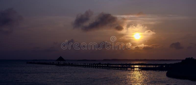 Ηλιοβασίλεμα πέρα από το πανόραμα κόλπων στοκ φωτογραφίες