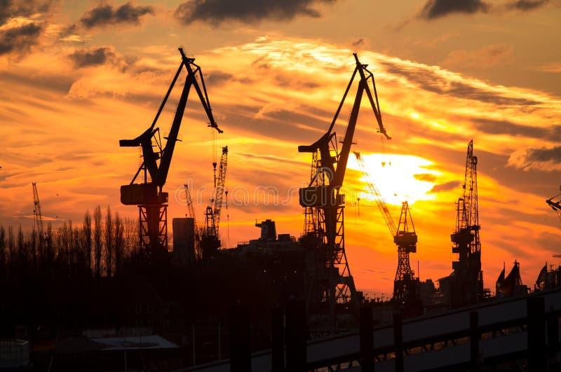 Ηλιοβασίλεμα γερανών φορτίου στοκ φωτογραφία με δικαίωμα ελεύθερης χρήσης