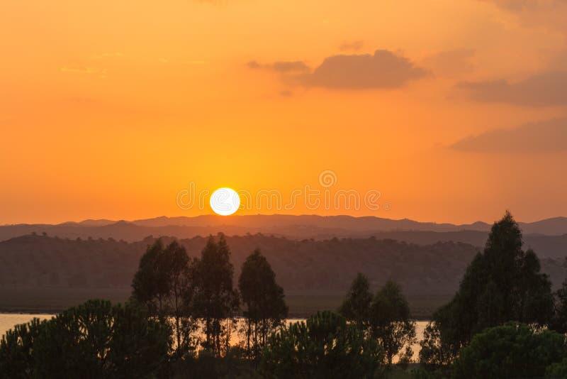 Ηλιοβασίλεμα πέρα από το Guadiana ποταμό, Ayamonte στοκ εικόνες