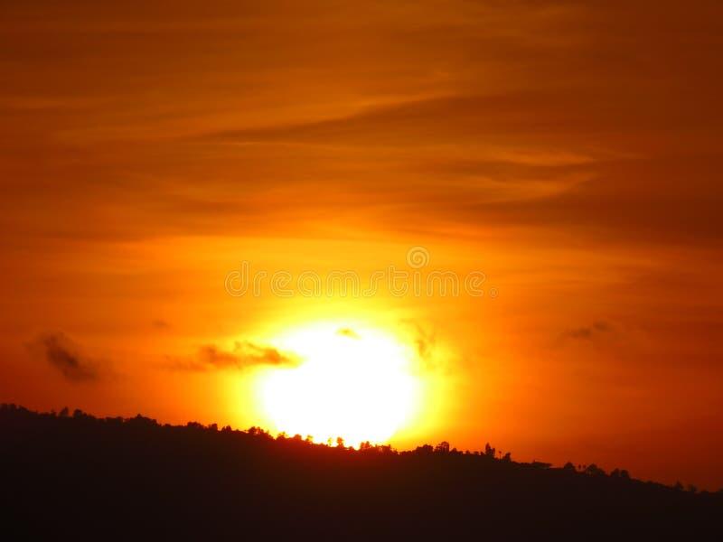 Ηλιοβασίλεμα πέρα από το Hill στοκ φωτογραφίες