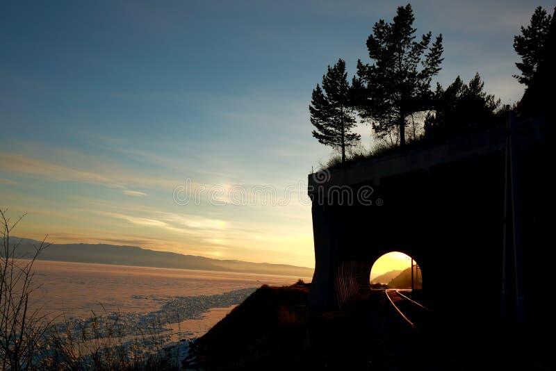 Ηλιοβασίλεμα πέρα από Baikal χειμερινών λιμνών Baikal κύκλων το σιδηρόδρομο στοκ φωτογραφίες