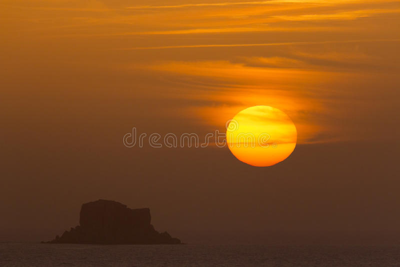 Ηλιοβασίλεμα πέρα από Filfla στοκ φωτογραφία με δικαίωμα ελεύθερης χρήσης