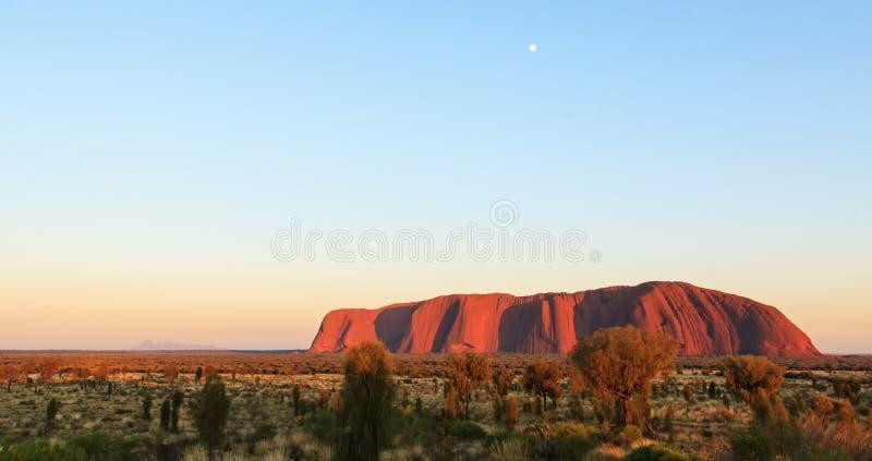 Ηλιοβασίλεμα πέρα από Uluru, βράχος Ayers στοκ φωτογραφίες