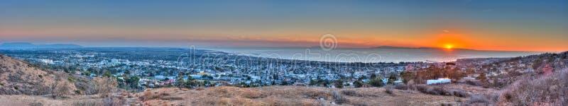 Ηλιοβασίλεμα πίσω από το νησί Santa Cruz στοκ φωτογραφία