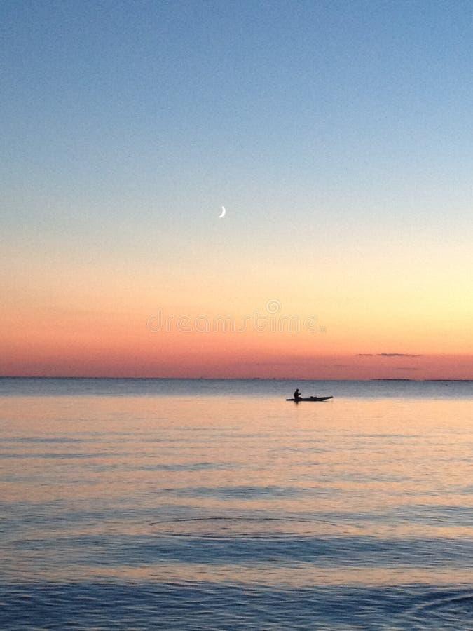 Ηλιοβασίλεμα παραλιών με το φεγγάρι στοκ εικόνες