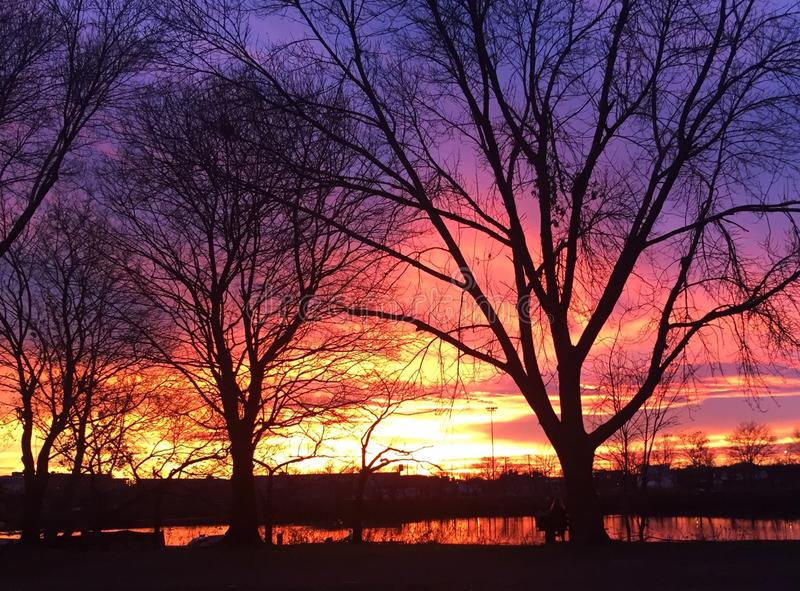Ηλιοβασίλεμα που απεικονίζει πέρα από τον ποταμό του Charles στοκ φωτογραφία