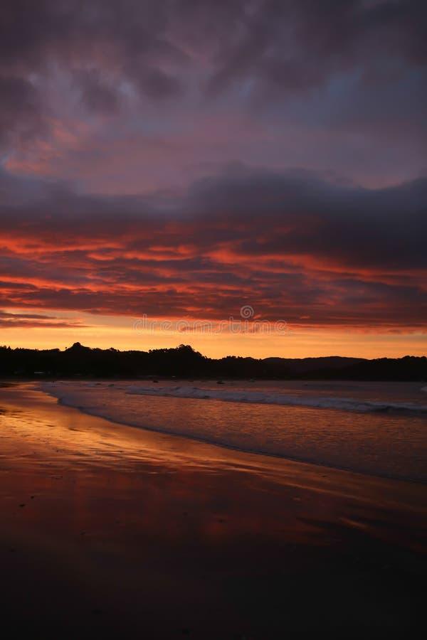 Ηλιοβασίλεμα που απεικονίζεται ζωηρόχρωμο στο νερό στοκ φωτογραφίες με δικαίωμα ελεύθερης χρήσης