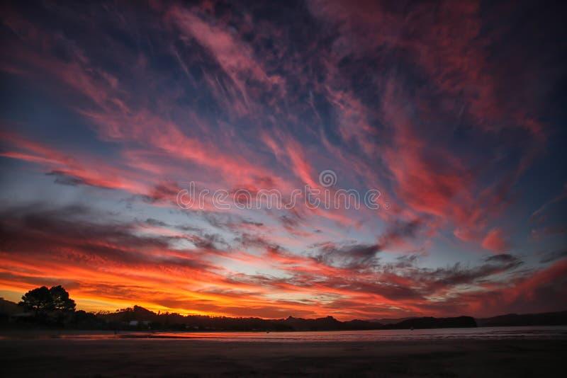 Ηλιοβασίλεμα που απεικονίζεται ζωηρόχρωμο στο νερό στοκ φωτογραφία με δικαίωμα ελεύθερης χρήσης