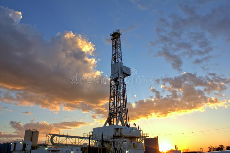 Ηλιοβασίλεμα πλατφορμών άντλησης πετρελαίου στοκ εικόνες