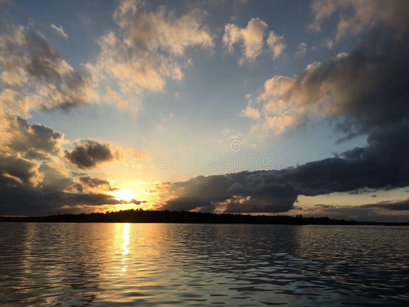 Ηλιοβασίλεμα σε μια λίμνη στοκ εικόνα