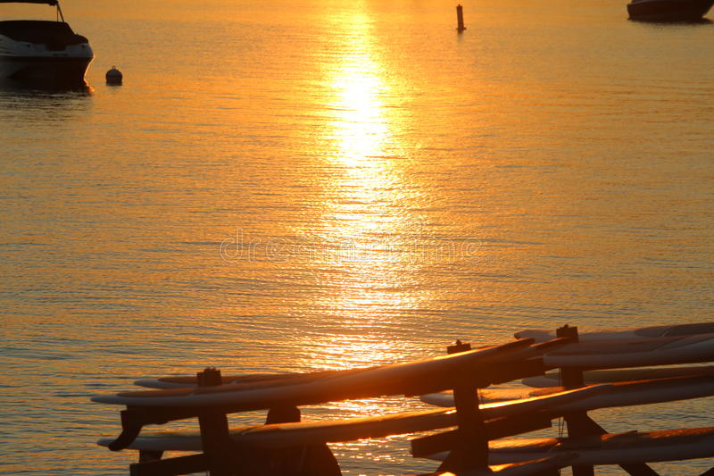 Ηλιοβασίλεμα σε μια λίμνη στοκ φωτογραφία