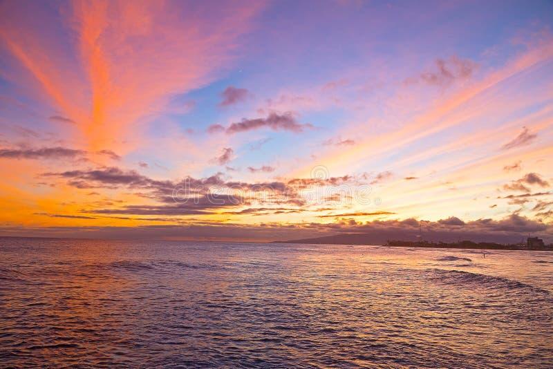 Download Ηλιοβασίλεμα σε μια παραλία σερφ στη Χονολουλού, Χαβάη Στοκ Εικόνες - εικόνα από ήλιος, σερφ: 62713506