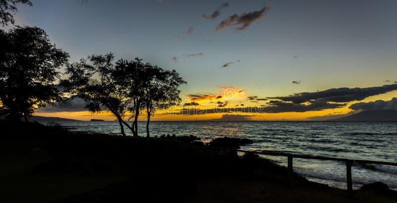 Ηλιοβασίλεμα σε Maui που εξετάζει Molokini (Χαβάη) στοκ εικόνες