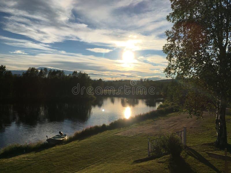 Ηλιοβασίλεμα σε Randijaur, Jokkmokk, Σουηδία στοκ εικόνα