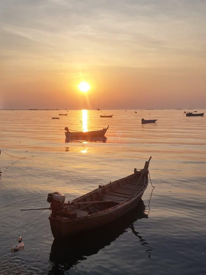 Ηλιοβασίλεμα σκιαγραφιών, μαλακή εστίαση στη θάλασσα με τα μικρά αλιευτικά σκάφη στοκ εικόνες