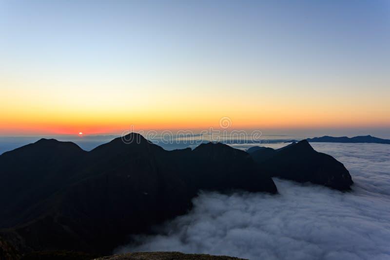 Ηλιοβασίλεμα στα βουνά στοκ φωτογραφίες