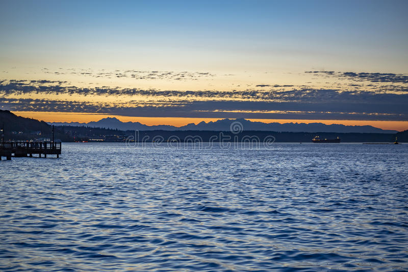 Ηλιοβασίλεμα στα ευμετάβλητα νερά στον κόλπο του Τακόμα στοκ εικόνες