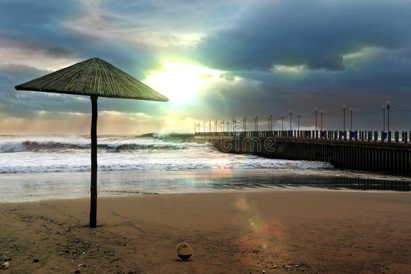 Ηλιοβασίλεμα στα σύννεφα στην παραλία στοκ φωτογραφία με δικαίωμα ελεύθερης χρήσης