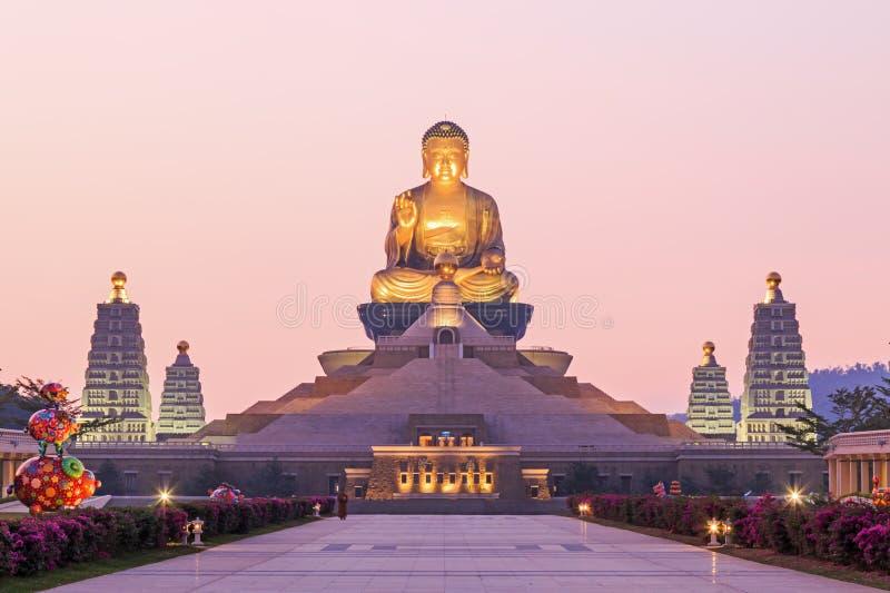 Ηλιοβασίλεμα στα FO Guang Shan, ο μεγαλύτερος ναός buddist Kaohsiung στην Ταϊβάν στοκ εικόνες