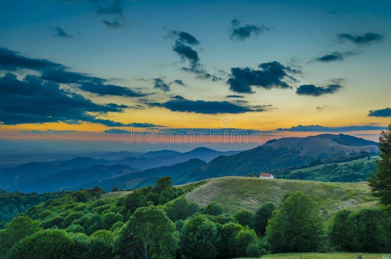 Ηλιοβασίλεμα στα mounatans στοκ εικόνες