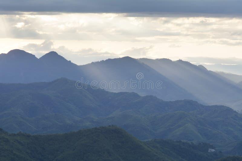 Ηλιοβασίλεμα στην άποψη βουνών στο βόρειο Λάος στοκ φωτογραφίες