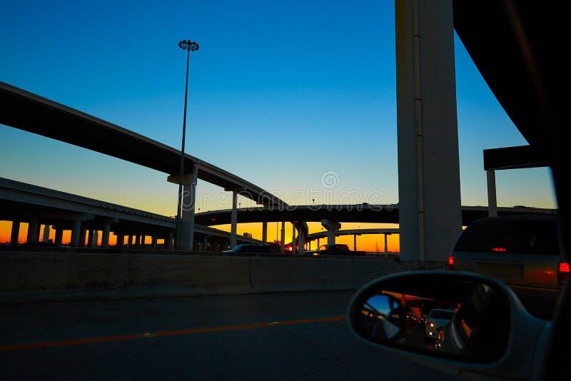 Ηλιοβασίλεμα στην εθνική οδό με τις γέφυρες στο Χιούστον στοκ εικόνες