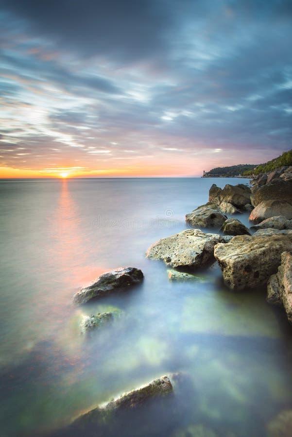 Ηλιοβασίλεμα στην ιταλική ακτή κοντά στην Τεργέστη, Ιταλία στοκ εικόνες