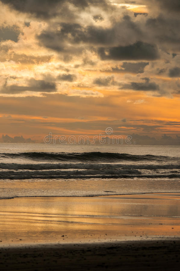 Ηλιοβασίλεμα στην κυριακή παραλία στοκ φωτογραφία