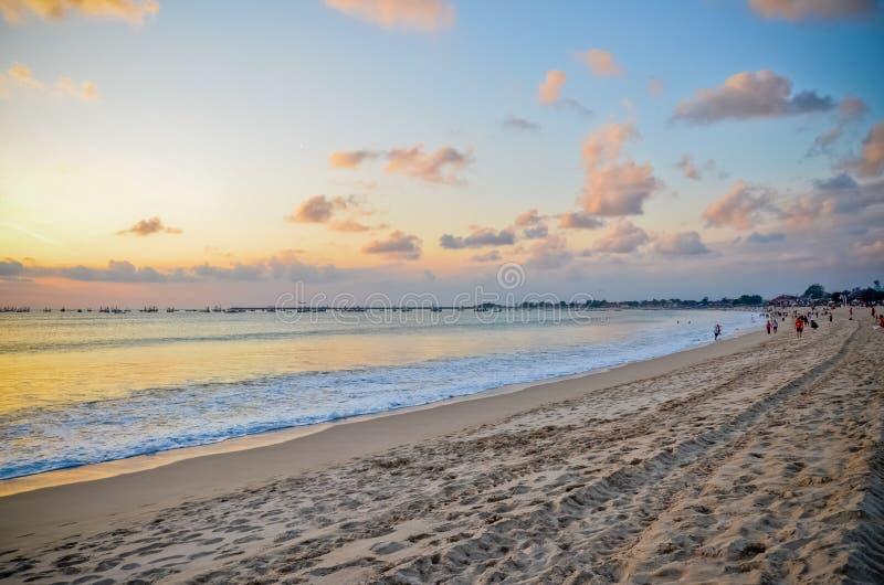 Ηλιοβασίλεμα στην παραλία διακοπών στο Μπαλί Ινδονησία στοκ φωτογραφίες