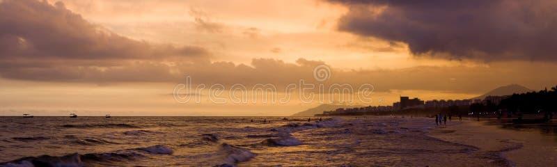 Ηλιοβασίλεμα στην παραλία σε Hainan στοκ εικόνες