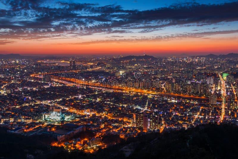 Ηλιοβασίλεμα στην πόλη της Σεούλ και το στο κέντρο της πόλης ορίζοντα στη Σεούλ, Νότια Κορέα στοκ φωτογραφίες με δικαίωμα ελεύθερης χρήσης