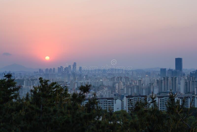 Ηλιοβασίλεμα στην πόλη της Σεούλ στοκ φωτογραφία με δικαίωμα ελεύθερης χρήσης