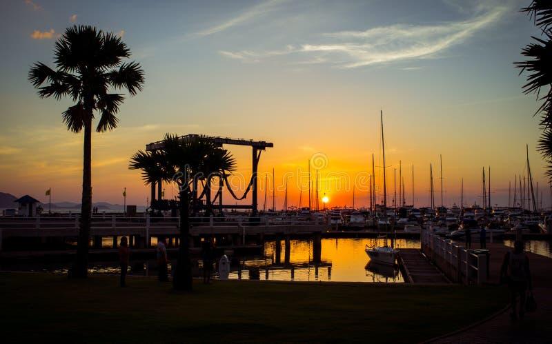 Ηλιοβασίλεμα στην ωκεάνια λέσχη γιοτ μαρινών στοκ φωτογραφίες με δικαίωμα ελεύθερης χρήσης