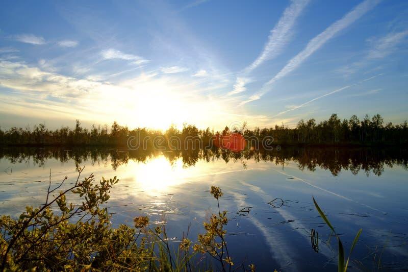 Ηλιοβασίλεμα στη λίμνη στοκ φωτογραφίες με δικαίωμα ελεύθερης χρήσης