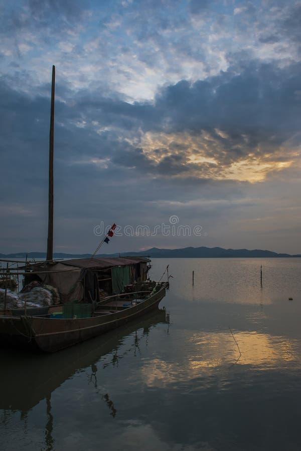 Ηλιοβασίλεμα στη λίμνη Tai στοκ φωτογραφία με δικαίωμα ελεύθερης χρήσης