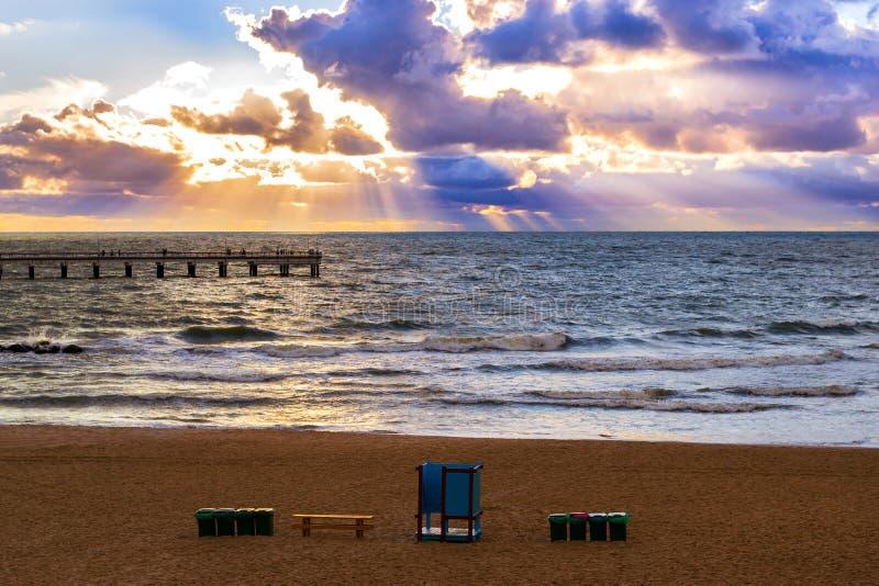 Ηλιοβασίλεμα στη θάλασσα της Βαλτικής στο θέρετρο Palanga, Λιθουανία στοκ εικόνα